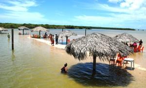 A maré alta começa a esconder o banco de areia conhecido como crôa do goré